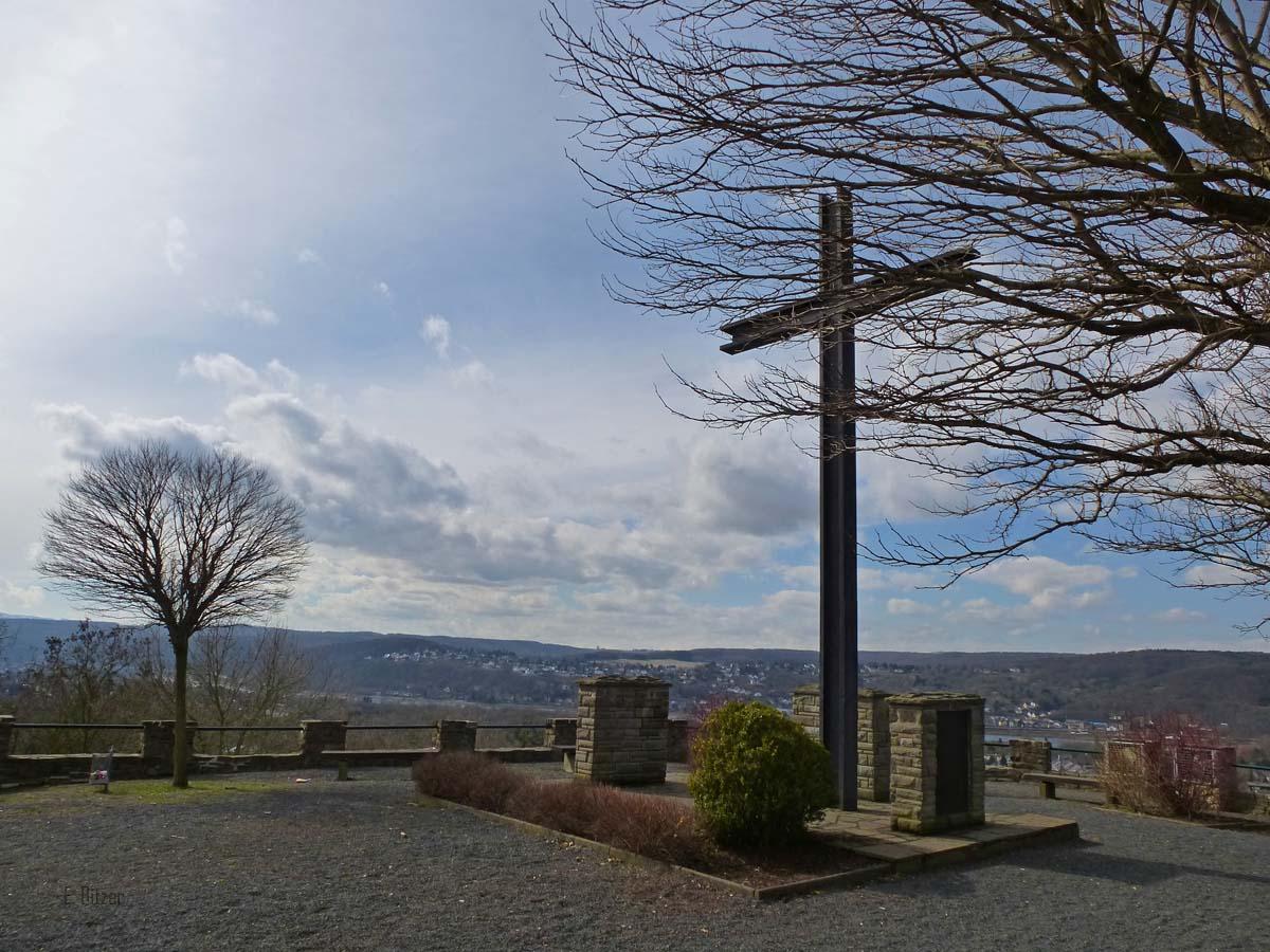 Der Koppel ist eine ca. 100 Meter hohe Erhebung östlich des Ortskerns von Rheinbreitbach. Bei klarer Sicht kann man von hier den Kölner Dom und bis weit in die Eifel hinein sehen.