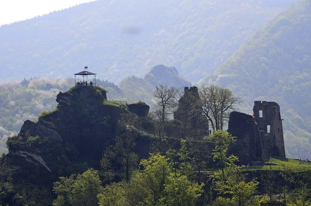 Die Burg Are wurde um 1100 von  Graf Dietrich I. von Are erbaut und 1121 erstmals urkundlich erwähnt. Sie hat nichts mit der Namensgebung der umgebenden Orte zu tun. Die Burg wurde häufig verpfändet und meist sehr vernachlässigt. Durchgeführte Sanierungsarbeiten seit 1997 haben die unter Denkmalschutz gestellte Burg wieder öffentlich zugänglich gemacht.