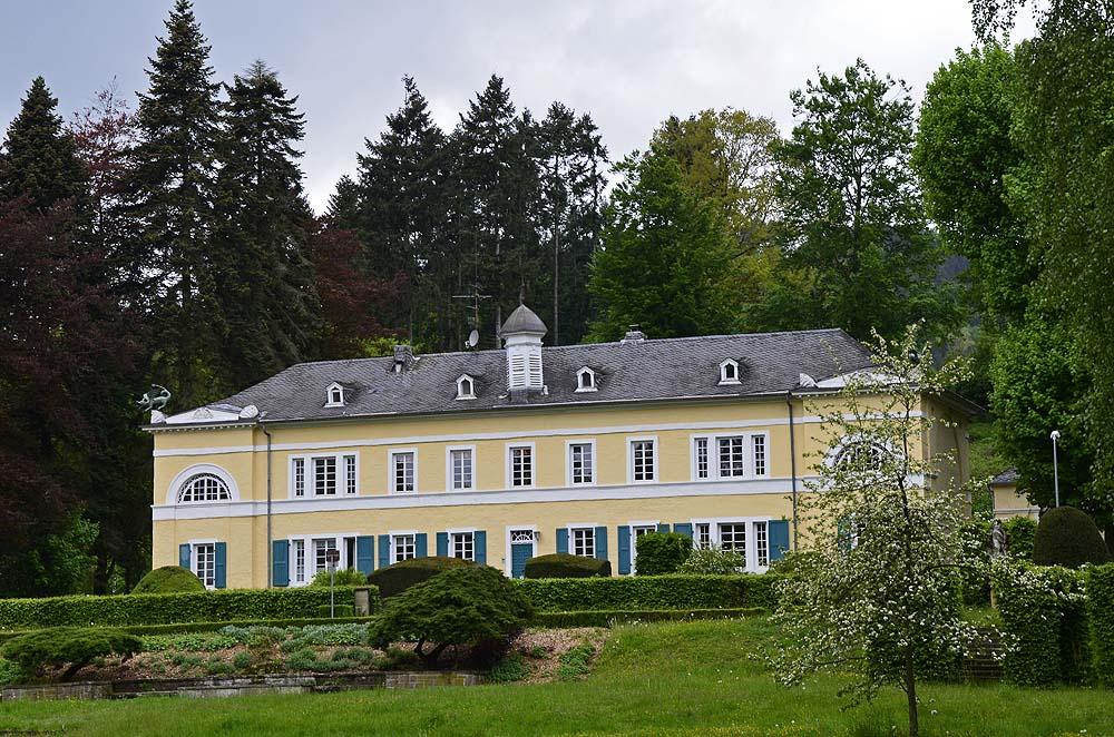 Das Drachenhaus Der Statthalter von Luxemburg, Prinz Heinrich der Niederlande kaufte einst das Anwesen auf. Das Drachenhaus wurde zum Wohnsitz  für seinen Förster. Später ging das Anwqesen in städtischen Besitz über.  Wie zu Prinz Heinrichs Zeit ist heute (2011) die städtische Revierförsterei Weisshaus-Pfalzel, die 1400 ha Stadtwald und das Wildgehege betreut, einschließlich des Betriebshofs im Drachenhaus untergebracht.[1]. Darüber hinaus sind vier Wohnungen vermietet.