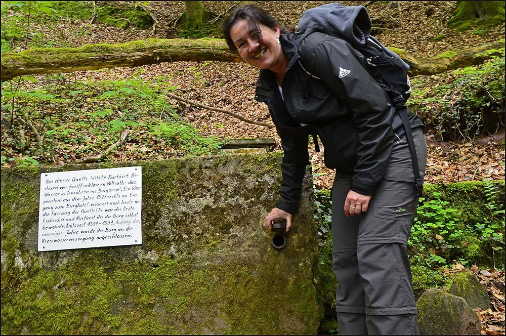 Von dieser Quelle hier führte der Kurfürst Richard von Greiffenklau zu Vollraths Wasser in Tonröhren ins Burgreal geleitet. Der Name ist der Hammer :-). In den Neuniger Jahren wurde ein Anschluß an die Kreiswasserversorgung gelegt.