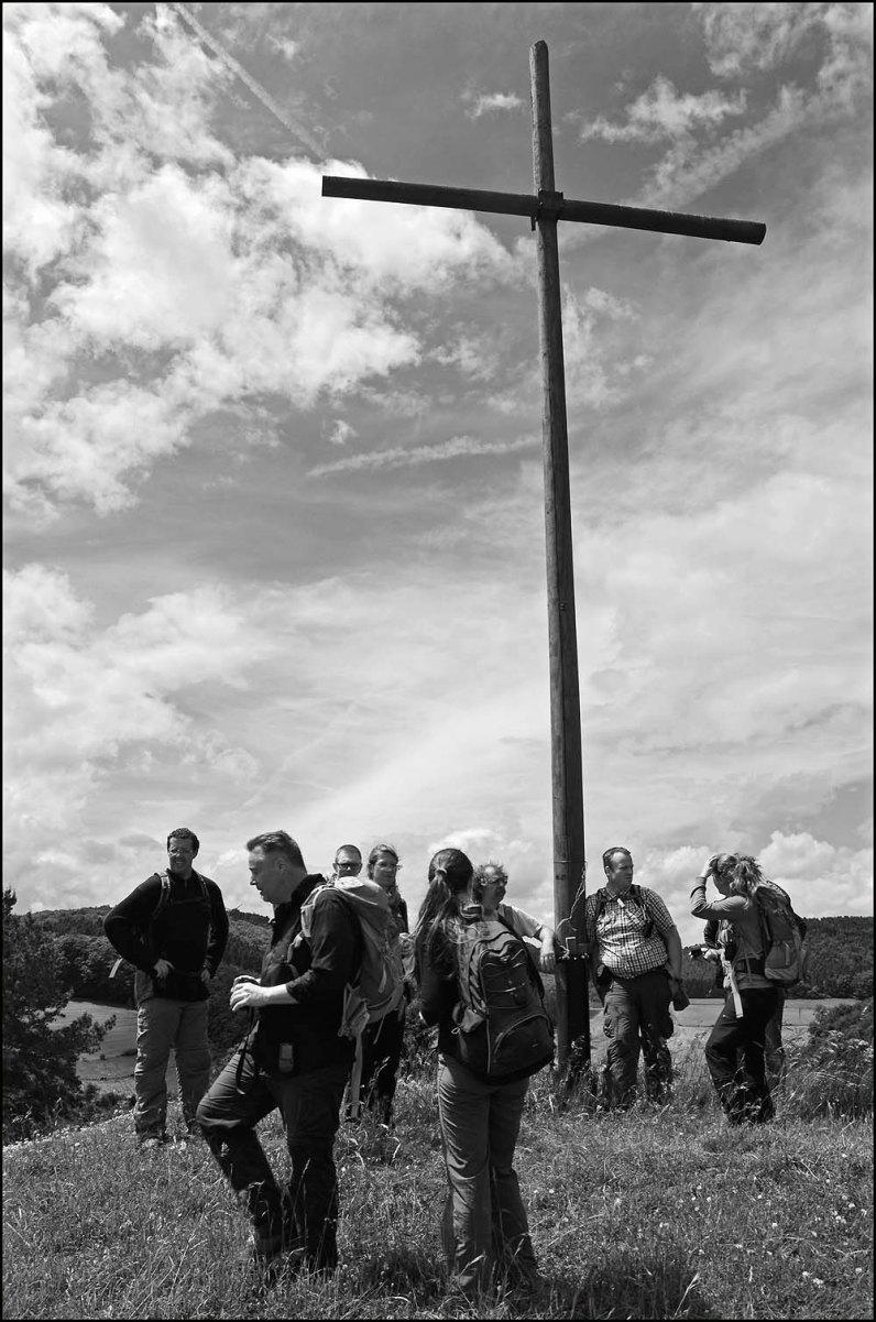 Durch höhes Zeckengras haben wir uns hinüber zum Gipfelkreuz gekämpft.