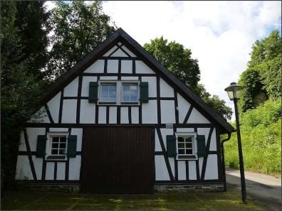 Eine alte Ölmühle, die aus dem Hanftal hierher verseitzt wurde und nun als Aussegnungshalle dient