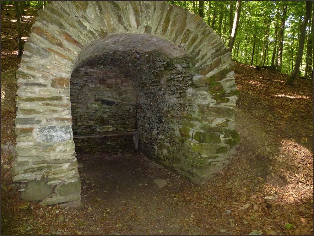Eine Köhlerhütte mitten im Wald