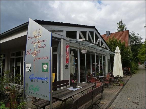 Hier im Cafe Jansen bekomme ich ein köstliches Stück Käsekuchen und einen Milchkaffee, sowie mein Wochenendbrot aus mit Sauerteig gebacken und 100% Roggen.