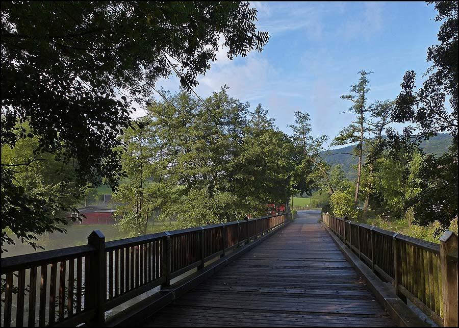 Brücke über die Rur Die Rur entspringt im Naturpark Hohes Venn an der Botrange in Belgien, erreicht bei Monschau Deutschland und bei Vlodrop die Niederlande und mündet dann nach 170km Rur-seins, bei Roermond in die Maas. Ich bleibe aber in Deutschland, verfolge also die Rur nur über kurze Strecken.