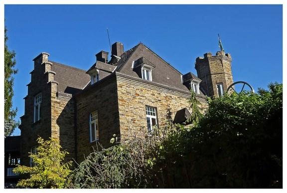 Das Schloss Walburg wurde von dem Fabrikanten Bartholomäus Rosbach Ende des 19. Jahrhunderts errichtet