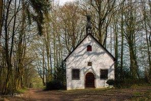 Johanneskapelle Zitat Wikipedia: Die Johanneskapelle wurde im 17. Jahrhundert erbaut und 1982 von Grund auf durch die Stegerwaldstiftung saniert. Heute dient sie als Hochzeitskapelle für Schloss Heiligenhoven. Außerdem steht dort eine Dreifaltigkeitskapelle aus dem 18. Jahrhundert.