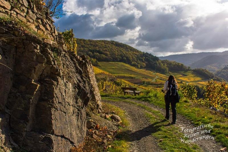 Am Fels vorbei, in den Weinbergen oberhalb Mayschoß